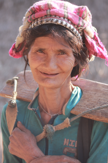 Starsza kobieta Akha
