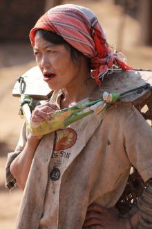 Kobieta Akha z ustami wymazanymi czerwona mazia